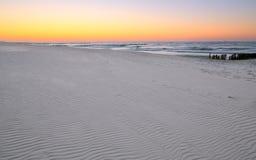 Vit sandstrand på Östersjön royaltyfria foton