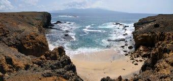 Vit sandstrand som bygga bo mellan två torra klippor Royaltyfri Foto