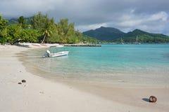 Vit sandstrandHuahine ö franska Polynesien Royaltyfria Bilder