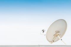 Vit satellit- antenn Arkivfoton