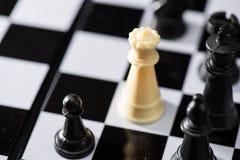 Vit schacksurround vid svart schack illustrerar strategi och cris Arkivfoton