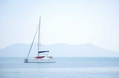 Vit segelbåt i havet Royaltyfri Bild