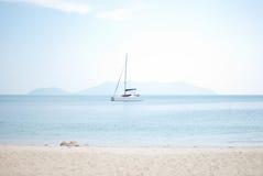 Vit segelbåt i havet Royaltyfri Fotografi