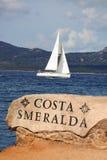 Vit segelbåt i Sardinia, Costa Esmeralda, Italien Arkivfoto