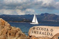 Vit segelbåt i Sardinia, Costa Esmeralda, Italien Royaltyfria Foton