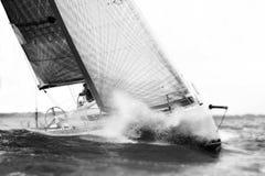 Vit segelbåt under regatta i storm Royaltyfria Foton