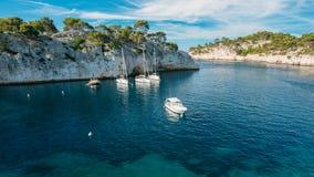 Vit seglar fartyg i fjärd Calanques i den azura kusten av franc royaltyfri bild
