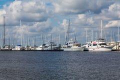 Vit seglar i Marina Under Clouds Arkivbilder