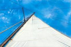 Vit seglar yachter på havet Royaltyfria Bilder
