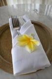 Vit servettgaffel och blomma royaltyfri foto