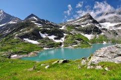 Vit sjö i nationalparken Hohe Tauern Arkivfoton