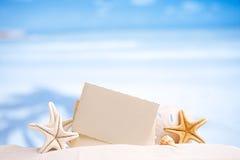 Vit sjöstjärna med det tomma retro fotoet på den vita sandstranden fotografering för bildbyråer