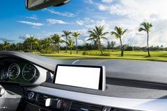 Vit skärmsystemskärm för GPS navigering- och multimediateknologi i bil vitt kopieringsutrymme av pekskärmen elektronisk navigerin Arkivbild