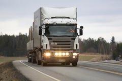 Vit Skåne lastbiltransport Arkivbild