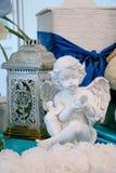 Vit skulptur av en ängel mot bakgrunden av gamla ljus Royaltyfri Fotografi