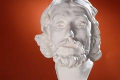 Vit skulptur av ett huvud i antik stil arkivbild