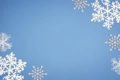 Vit snöflinga för modell på blå bakgrund Juldekor med kopieringsutrymme royaltyfri bild