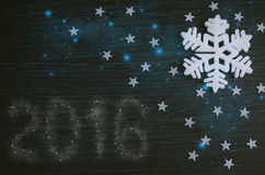 Vit snöflinga på brun träbakgrund Royaltyfria Foton
