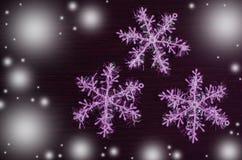 Vit snöflinga på mörk bakgrund Fotografering för Bildbyråer