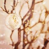 Vit snöig julgarnering Fotografering för Bildbyråer
