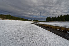 Vit snöig scenary near flod Royaltyfri Foto
