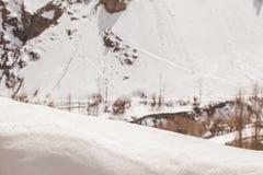 Vit snöyttersida för att förlägga produkten på snöberget Royaltyfri Foto