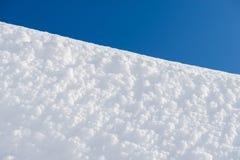 Vit snöyttersida och blå himmel övervintrar trees för snow för sky för lies för frost för mörk dag för bluefilialer Arkivbild