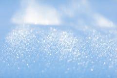 Vit snow Mousserande snöflingor vinter för blåa snowflakes för bakgrund vit close upp Royaltyfri Fotografi