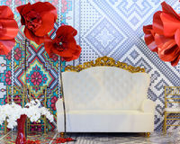 Vit soffa för tappning med guld- prydnader Fotografering för Bildbyråer