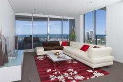 Vit soffa i en rymlig vardagsrum Arkivfoton