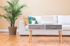 Vit soffa i ett stort lyxhem Royaltyfria Bilder
