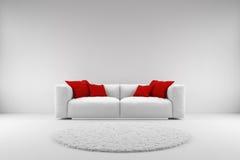 Vit soffa med röda kuddar Fotografering för Bildbyråer