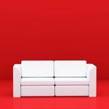 Vit soffa på rött Arkivbild