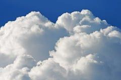 Vit som böljer moln arkivfoto
