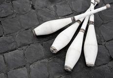 Vit som jonglerar klubbor på gatan Royaltyfria Foton