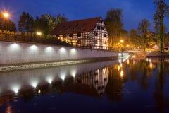 Vit spannmålsmagasin i Bydgoszcz på natten Fotografering för Bildbyråer