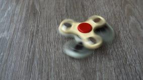 Vit spinnaresnurr för hand två på gråa bakgrunds- eller rastlös människaspinnare arkivfilmer