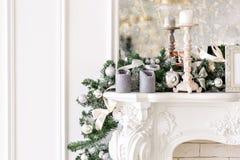 Vit spis som dekoreras med stearinljus och granfilialer julen dekorerade treen Klassiska lägenheter, morgon i hotell fotografering för bildbyråer