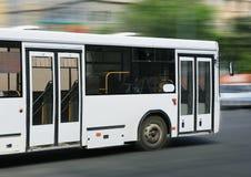Vit stadsbuss Arkivbild