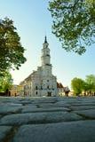 Vit stadshusbyggnad i den gamla staden Kaunas, Litauen arkivfoto