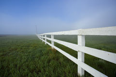 Vit staket och dimma Arkivfoto