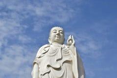 Vit staty av Buddha på en bakgrund av blå himmel Arkivbilder