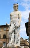 Vit staty av Neptun i den forntida springbrunnen i Florence Arkivbilder