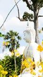 Vit staty för Buddha i Wat Prang Luang den buddistiska templet (offentlig tempel) i Nonthaburi, Thailand Arkivbild