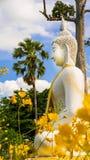 Vit staty för Buddha i Wat Prang Luang den buddistiska templet (offentlig tempel) i Nonthaburi, Thailand Royaltyfria Bilder