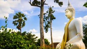 Vit staty för Buddha i Wat Prang Luang den buddistiska templet (offentlig tempel) i Nonthaburi, Thailand Royaltyfri Foto