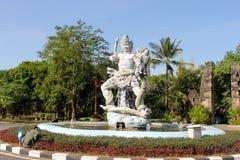 Vit staty på gatan i Bali Arkivfoton