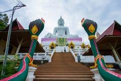 Vit staty stora buddha arkivfoton