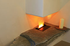 Vit stearinljus bredvid den moderna elektriska spisen Royaltyfri Fotografi