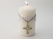 Vit stearinljus med korset på vit bakgrund arkivbild